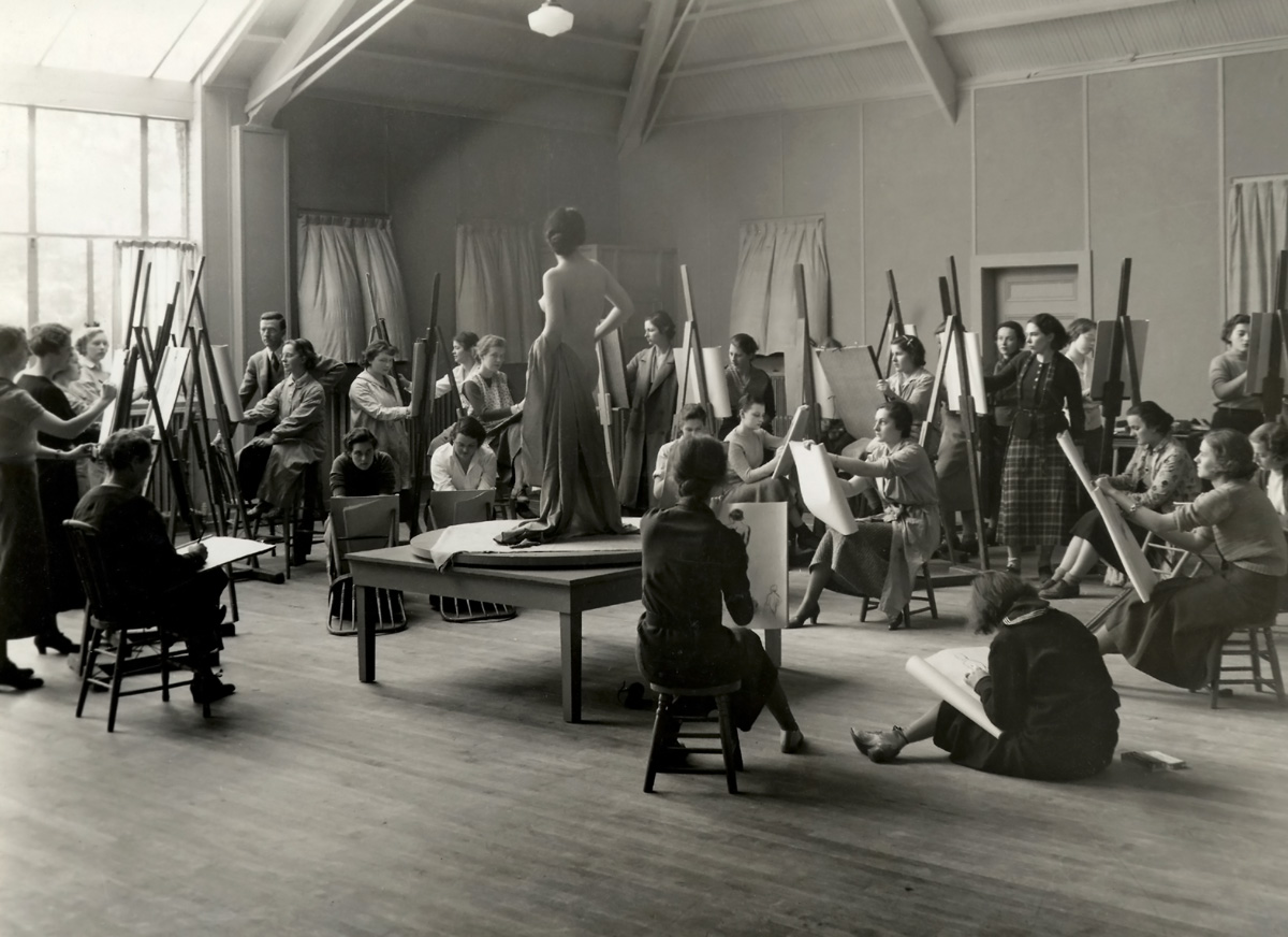 Chatterton teaching a life drawing class at Vassar in the late 1930s.